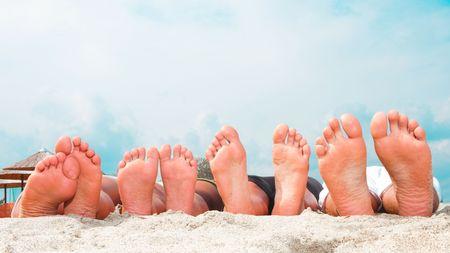 piedi nudi ragazzo: Coppie giovani piedi presso la spiaggia di sabbia