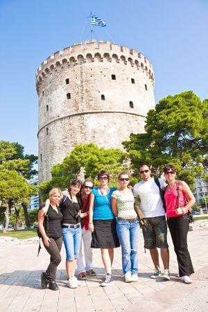 gl�cklich junge Touristen vor der Wei�e Turm in Griechenland Lizenzfreie Bilder