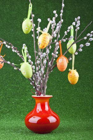 easter tree: kleurrijke easter boom in rode vaas op groene achtergrond  Stockfoto