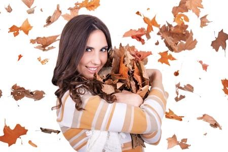 hojas secas: mujer oto�o feliz con hojas ca�das en segundo plano  Foto de archivo