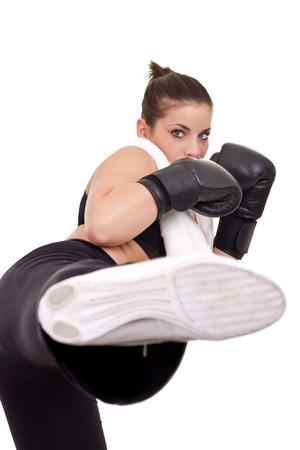 patada: ni�a bonita con guantes de boxeo uso dando una patada Foto de archivo