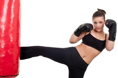 kick: attraente giovane donna praticando kickbox-isolated on white