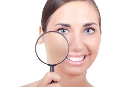 junge Frau mit perfekte Haut holding Lupen-isoliert auf weiss Lizenzfreie Bilder