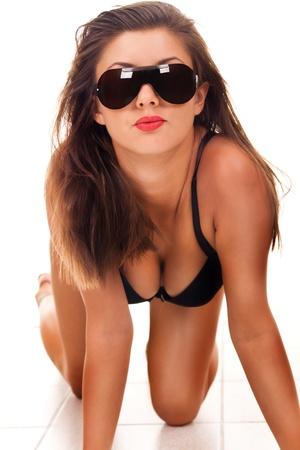big boobs: joven sensual erótica en negro corsé con gafas de sol