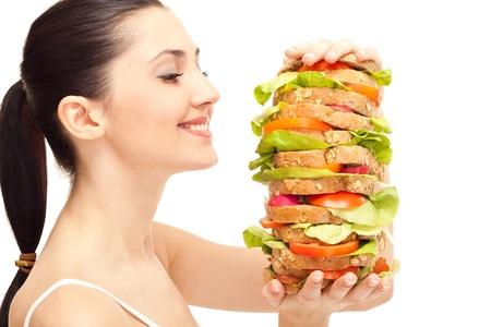 gula: linda mujer con enorme sandwich saludable, sonriente, aislado en blanco