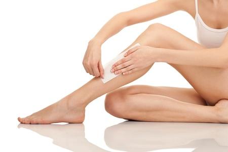 depilacion: piernas femeninas de depilaci�n con cera, aislados en fondo blanco Foto de archivo