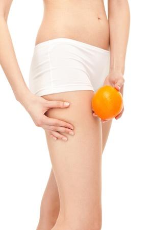 thighs: efecto de piel de celulitis - naranja en los muslos de la mujer, aislados en segundo plano Foto de archivo