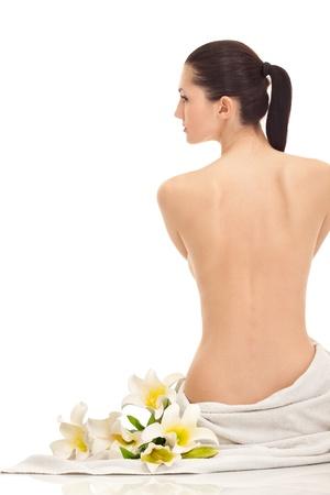 back of woman: joven y bella mujer con flores de lirio, aislados en vista de blanco, espalda