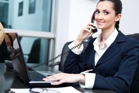 successes: ritratto di donna sorridente nero d'affari sul telefono cellulare in ufficio Archivio Fotografico