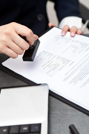 Frau an der Hand mit Stempeln Dokumente Lizenzfreie Bilder
