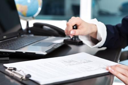 emboutissage: les femelles timbre mettant sur un document � la main, fermer