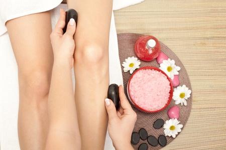 massage jambe: de pr�s, jambes massage aux pierres chaudes de min�raux Banque d'images