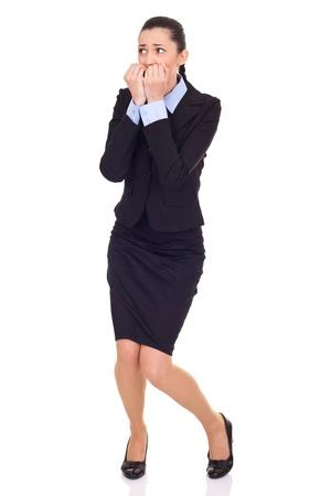 mujer cuerpo completo: miedo empresaria, morder sus uñas, aislados en blanco