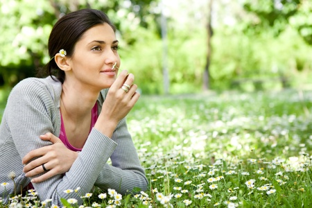 olfato: joven y bella mujer disfrutando de la naturaleza Foto de archivo