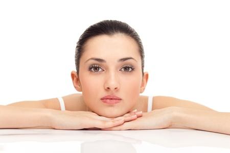 gezichtsbehandeling: mooie jonge vrouw, geïsoleerd op witte achtergrond