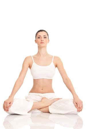 mind body soul: giovane donna facendo esercizio yoga, isolato sullo sfondo