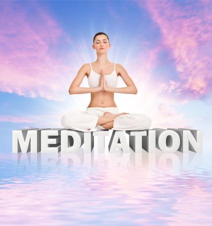mujer meditando: joven meditando sobre meditaci�n de la palabra cielo abstracto Foto de archivo