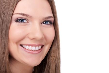 dentition: sorriso bella giovane donna con grandi denti sani