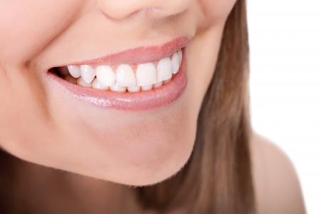 healthy teeth:  dientes de la mujer y la sonrisa, cerrar, aislados en blanco