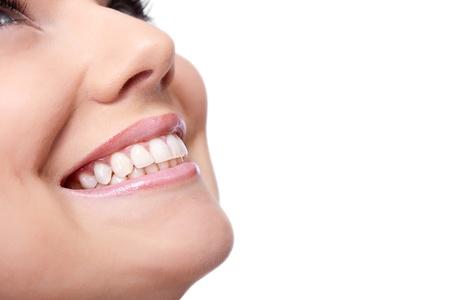 glimlach van een mooie jonge vrouw, geïsoleerd op witte achtergrond