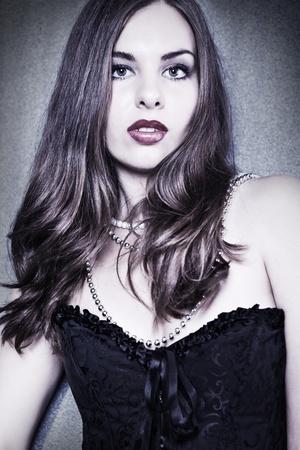 corsetto: Moda ritratto di sensuale giovane donna su sfondo scuro Archivio Fotografico