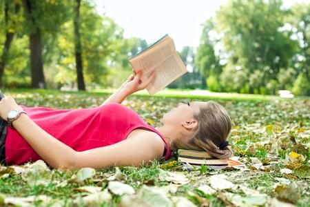 mujer leyendo libro: joven relajante y libro de lectura
