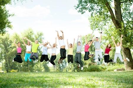 boy jumping: gran grupo de j�venes o estudiantes saltando en el parque Foto de archivo