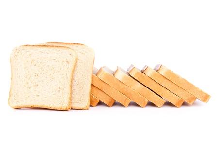 Rebanadas de pan tostado sobre fondo blanco.