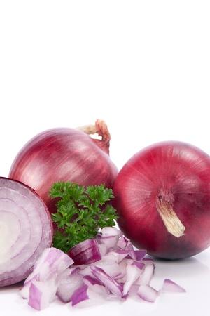 onions: Cebolla roja y hojas frescas de perejil, aislados en fondo blanco