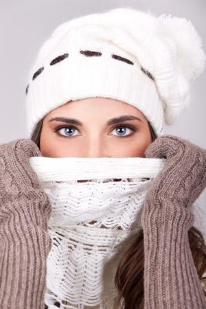 shawl: Winter meisje met prachtige blauwe ogen, close-up Stockfoto