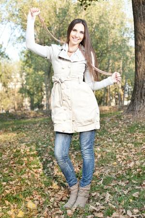 warm clothes: donna vestita in abiti caldi in autunno parco
