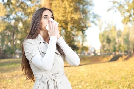 alergenos: mujer joven tiene la gripe, el Parque de oto�o