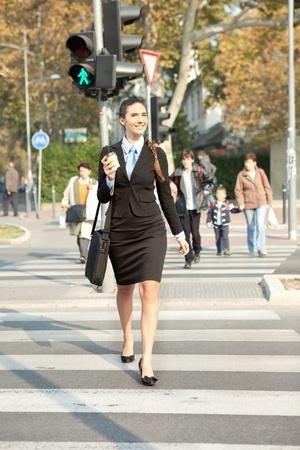 zakenvrouw lopen op straat, het bedrijfsleven in de stad Stockfoto