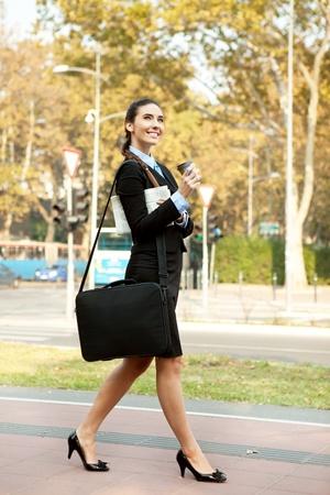 行き: 通り、屋外を歩いて笑顔の実業家