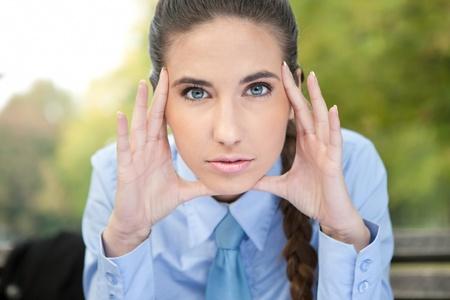 primer plano cara: retrato de mujer de negocios hermosa joven con la cara seria, de cerca