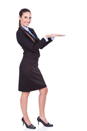 junge attraktive Gesch�ftsfrau Voreinstellung Produkt, isoliert auf wei�em Hintergrund