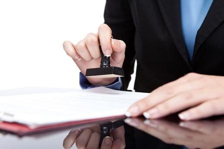 documentos legales: Joven empresaria (o notario p�blico) Asientos en el escritorio de oficina y sellado de documentos
