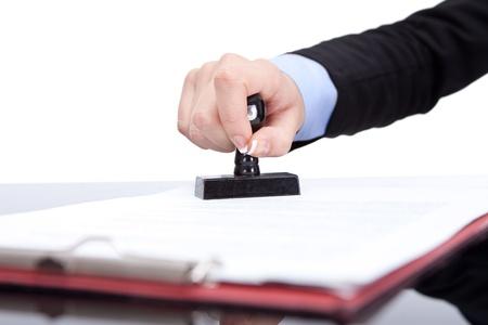Hand mit dem Siegel, Stempel auf dem Vertrag, close up