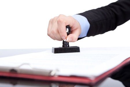 autoridad: Mano con el sello estampado del contrato, de cerca