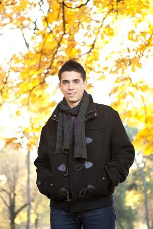 junger Mann in schwarzer Jacke im Herbst Park Lizenzfreie Bilder