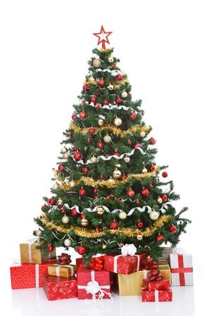 árbol de Navidad decorado y cajas de regalo, aisladas sobre fondo blanco Foto de archivo