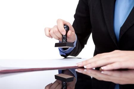 Kobieta ręce stemplowanie dokumentów w biurze, bliska