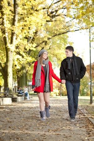 handkuss: Paare in der Liebe im Herbst Park