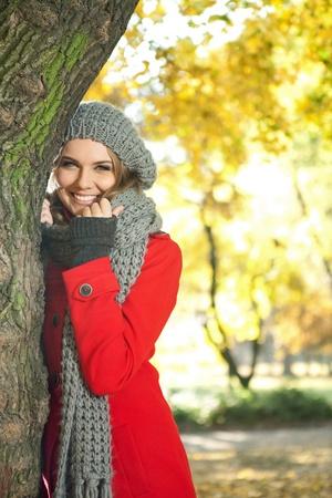 ropa de invierno: hermosa muchacha sonriente en el oto�o de parque Foto de archivo