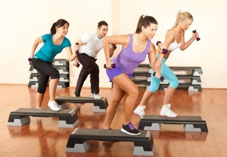 Gruppe von Menschen aus�ben mit Hanteln im Fitness-Club