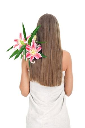 f�minit�: femme dos couvert avec de longs cheveux et un bouquet de lis rose fra�che sur l'�paule, concept-f�minit�