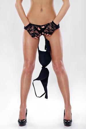 femme se deshabille: femme sexy en culotte soutien-gorge de maintien