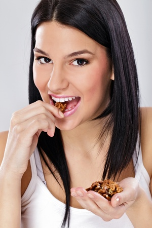 anacardo: Saludable mujer comiendo, joven comer nueces sin c�scara
