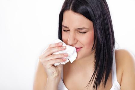 tosiendo: Mujer joven estornudos, la gripe o síntomas de alergia
