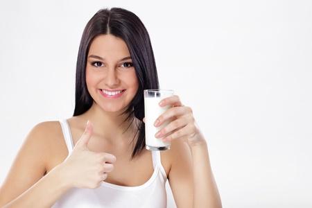 pulgar levantado: Hermosa mujer con vaso de leche y el pulgar hacia arriba
